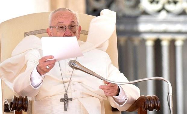 Papież Franciszek powiedział, że Kościół zbyt późno zajął się sprawą pedofilii w swoich szeregach. W przemówieniu do członków Papieskiej Komisji ds. Ochrony Nieletnich mówił, że sumienia uśpiła praktyka przenoszenia sprawców takich czynów.
