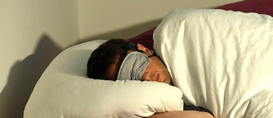 Eksperci twierdzą, że na jakość naszego snu, a co za tym idzie także wypoczynku, ogromny wpływ ma używanie przed zaśnięciem urządzeń elektronicznych. Dlaczego, mimo tej wiedzy, nie potrafimy zrezygnować z serfowania w internecie czy sprawdzenia poczty tuż przed snem?