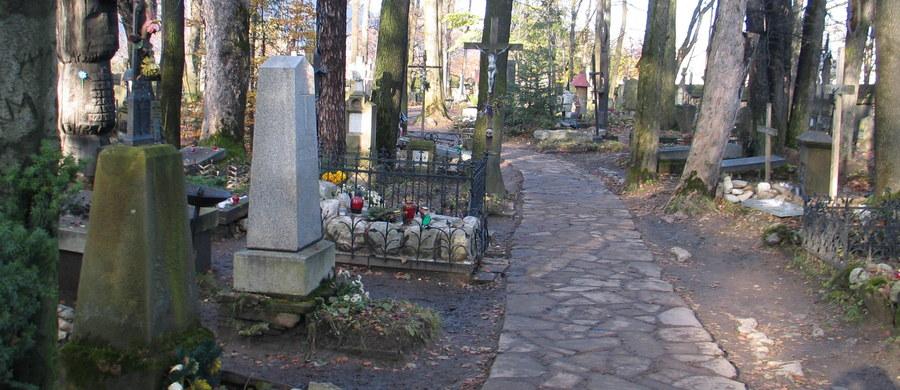Ten sam sprawca lub sprawcy stoją za kradzieżami ludzkich szczątków z grobów na Pomorzu - dowiedział się reporter RMF FM Kuba Kaługa. W tym tygodniu okradziony został rodzinny grobowiec na cmentarzu w Pierwoszynie koło Gdyni. Ktoś rozbił płytę nagrobka i wyniósł z niego szczątki kobiety zmarłej 12 lat temu. Podobne kradzieże na Pomorzu zdarzają się od mniej więcej 2 lat.