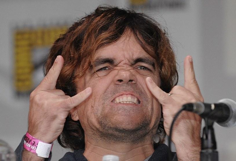 """Miliony osób na całym świecie kojarzą go z serialu """"Gra o Tron"""", jeszcze inni pamiętają jego występy w filmie """"X-Men: Przeszłość, która nadejdzie"""", """"Dróżnik"""" i """"Penelope"""". Mało osób zdaje sobie sprawę, że w latach 90. był częścią punkowego składu Whizzy."""