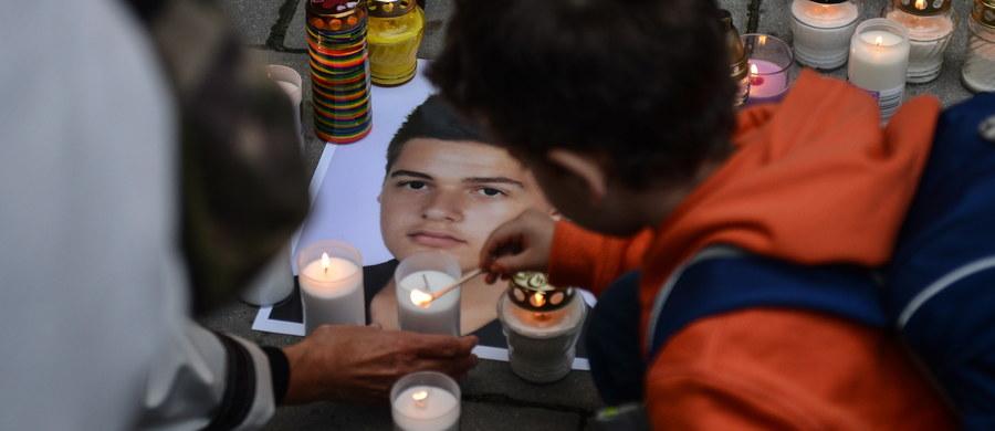 """Pod hasłem """"Zapal znicz dla Kacpra"""" głównie młodzi ludzie zebrali się w sobotę przed gmachem Ministerstwa Edukacji Narodowej, by wspólnie powiedzieć dość samobójstwom wśród nastolatków i pokazać młodzieży LGBT, że nie jest sama. Zapalili znicze przed budynkiem, by uczcić pamięć 14-letniego Kacpra z Gorczyna, który popełnił samobójstwo kilka dni po rozpoczęciu nowego roku szkolnego."""