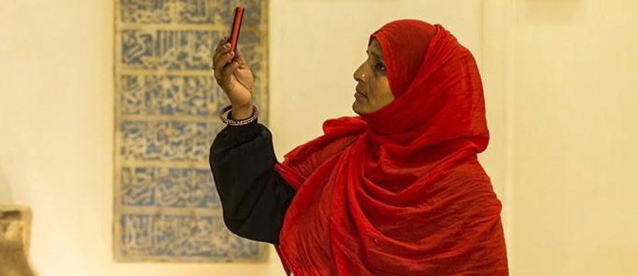 Kobiety w Arabii Saudyjskiej w sobotę po raz pierwszy w historii królestwa weszły na stadion narodowy w Rijadzie, gdzie mogły uczestniczyć w uroczystościach związanych z obchodami 87. rocznicy założenia państwa. W przedstawieniu na stadionie zaprezentowano historię współczesnej Arabii Saudyjskiej oraz jej założyciela króla Abd al-Aziz Ibn Sauda. Uroczystości uświetniły fajerwerki, tańczące fontanny oraz pokaz laserów.