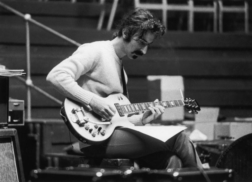 Prawie dwadzieścia pięć lat po swej śmierci, kompozytor i gitarzysta Frank Zappa wyrusza znów na tournee. Tym razem jednak wystąpi w postaci... hologramu.