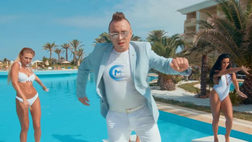 """Znany z discopolowego przeboju """"Ruda tańczy jak szalona"""" Czadoman prezentuje nowy teledysk """"Zostań tu""""."""