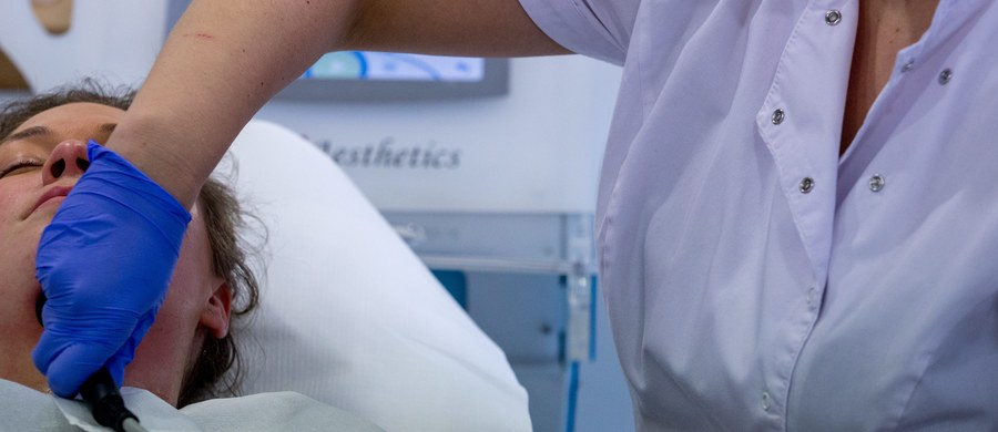 Naukowcy ze śląskich uczelni mają sposób na poprawienie efektów małoinwazyjnych zabiegów z zakresu medycyny estetycznej. Chodzi o innowacyjny system wspomagania tych zabiegów poprzez stosowanie w ich trakcie specjalnej głowicy laserowej wyposażonej w kamerę.