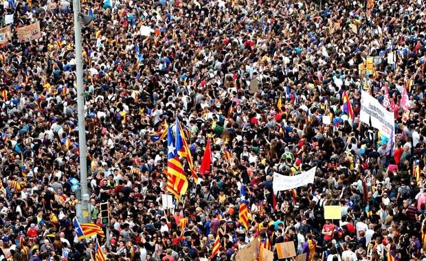 Dziesiątki tysięcy ludzi wyszły na ulice Barcelony, by zaprotestować przeciwko brutalności hiszpańskiej policji. Wcześniej pozamykane zostały szkoły, firmy, sklepy i bary. Na drogach regionu utworzyły się wielokilometrowe korki - ponad 50 tras zostało zamkniętych z powodu gigantycznych demonstracji - informuje wysłannik RMF FM do Barcelony Paweł Balinowski. Strajk generalny został zorganizowany przez nowo powstały ruch obywatelski o nazwie la Taula per la Democracia w odpowiedzi na agresywne i nieproporcjonalne działania sił bezpieczeństwa podczas niedzielnego referendum. W niedzielę przysłani do Katalonii policjanci atakowali ludzi chcących oddać głos i zamykali lokale wyborcze. W starciach poszkodowanych zostało ponad 800 osób.