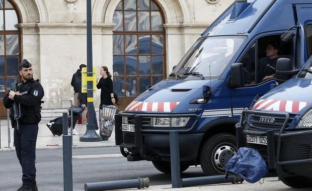 Mężczyzna, który w niedzielę zabił nożem dwie młody kobiety na dworcu kolejowym w Marsylii, najpewniej był Tunezyjczykiem mieszkającym we Włoszech - oświadczył francuski minister spraw wewnętrznych Gerard Collomb.