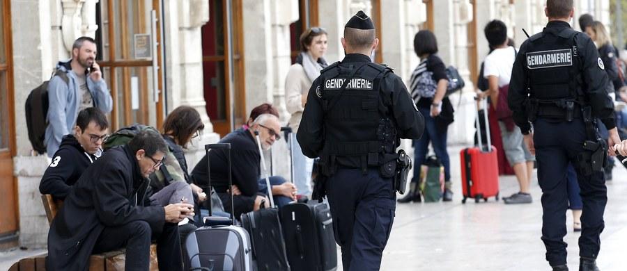 Francuska policja poinformowała o zatrzymaniu czterech osób podejrzanych o związek z atakiem nożownika w Marsylii, w wyniku którego w niedzielę zginęły dwie młode kobiety. W sprawie przeprowadzono kilka przeszukań. Jak poinformowała agencja AP, powołując się na źródło w organach sądowych, policja podejrzewa zatrzymanych o związek z grupą terrorystyczną.