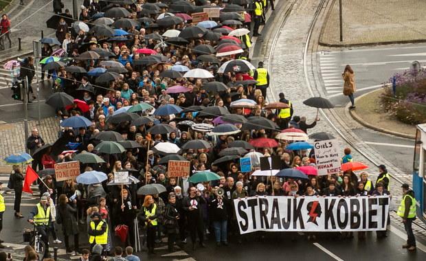 """W zeszłym roku """"czarny protest"""" był impulsem, który obudził kobiety w całej Polsce, dzisiaj znowu sytuacja Polek pogarsza się z każdym dniem, jesteśmy tu aby pokazać, że nie ma na to zgody - mówili organizatorzy warszawskiej manifestacji. Protesty odbyły się również w innych miastach, m.in. w Krakowie, Poznaniu, Łodzi i Lublinie."""