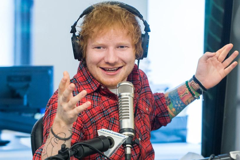 """Jak policzyła gazeta """"Daily Mail"""", jeden z najpopularniejszych brytyjskich muzyków na świecie, Ed Sheeran, zarabiał w zeszłym roku 63 tysiące dolarów dziennie."""