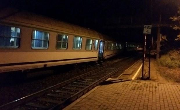 """Prawie trzy godziny opóźnienia ma w tej chwili pociąg TLK """"Pogoria"""" relacji Gdynia - Bielsko Biała. W sobotę wieczorem dwa wagony tego składu wykoleiły się na wjeździe do stacji Subkowo na Pomorzu. Nikomu z pasażerów nic się nie stało. Odłączono pięć wagonów, w tym dwa wykolejone, i pociąg ruszył w dalszą podróż."""