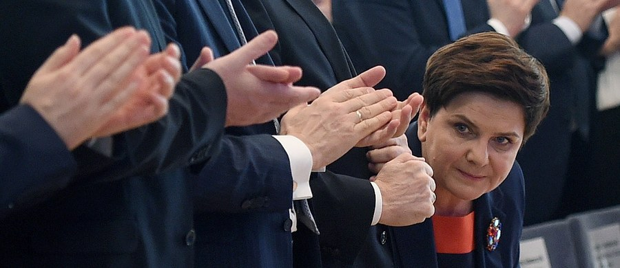 """Według październikowego sondażu IBRiS wykonanego na zlecenie """"Rzeczpospolitej"""" zarówno Andrzej Duda, jak i Beata Szydło tracą sondażowe punkty. Prezydent pierwszy raz od marca notuje wyraźny spadek liczby ocen pozytywnych i jednoczesny wzrost negatywnych. Podobnie wygląda sytuacja premier Beaty Szydło. Szefowa rządu straciła ponad 6 punktów procentowych w ciągu miesiąca, choć nie zanotowała przy tym wzrostu liczby ocen negatywnych - informuje gazeta."""