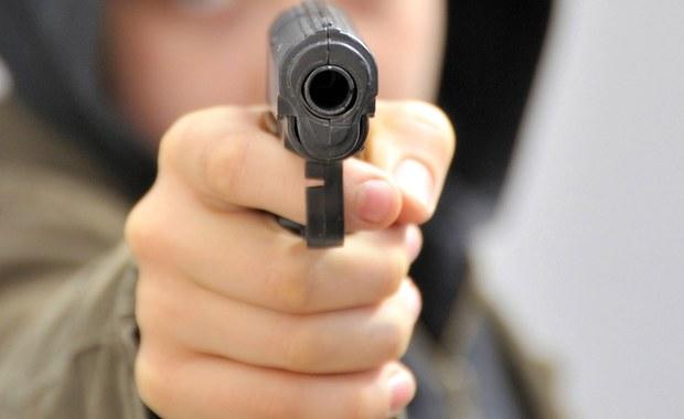 Policjant został śmiertelnie postrzelony na terenie politechniki w Lubbock w stanie Teksas. Sprawca - 19-letni student uczelni - zbiegł z miejsca zdarzenia, ale został szybko ujęty.