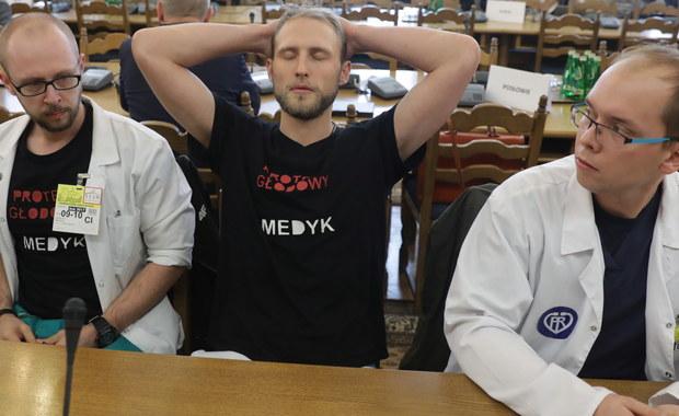 Lekarze rezydenci po poniedziałkowym braku porozumienia w rozmowach z Ministrem Zdrowia dalej kontynuują protest głodowy. Młodzi lekarze protestują w holu Samodzielnego Publicznego Dziecięcego Szpitala Klinicznego w Warszawie.