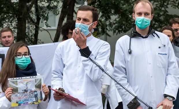 """Protestujący rezydenci ponowili apel o spotkanie z premier Beatą Szydło. """"Jesteśmy ciągle gotowi i otwarci do rozmów; czekamy na informacje ze strony rządu, gdyż tylko w ten sposób możemy rozwiązać ten problem"""" - mówią rezydenci.Kolejna pikieta poparcia dla głodujących lekarzy rezydentów ma odbyć się w Warszawie w najbliższą sobotę. Tym razem studenci medycyny i młodzi medycy chcą protestować przed Kancelarią Premiera."""