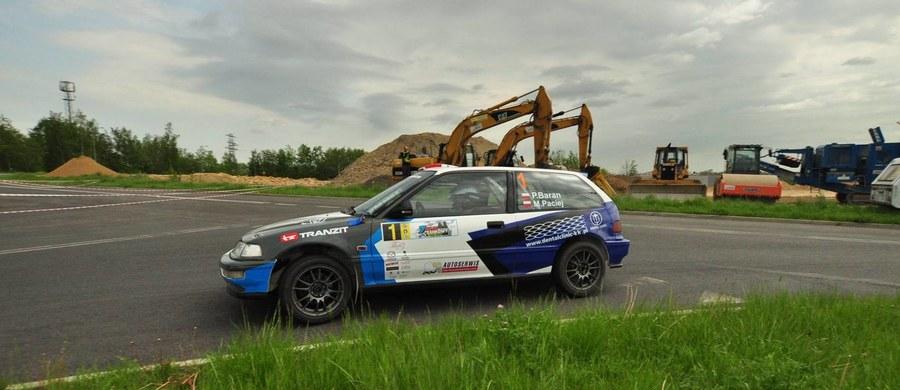 Motoryzacyjne, rajdowe emocje wracają na Śląsk! Już za niecały miesiąc - w dniach 13-15 października - odbędzie się 1. edycja Rajdu Śląska, który w tym roku jest ostatnią rundą rywalizacji w ramach Inter Cars Rajdowych Samochodowych Mistrzostwach Polski. Na wymagających trasach imprezy zmierzą się także pretendenci do tytułu Rajdowego Mistrza Śląska, bowiem zawody organizowane przez Automobilklub Ziemi Tyskiej są jednocześnie czwartą rundą tego cyklu.