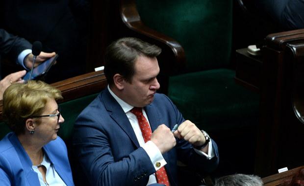 Sejm nie zgodził się na uchylenie immunitetu posłowi PiS Dominikowi Tarczyńskiemu. Za uchyleniem mu immunitetu opowiedziało się 186 posłów, przeciw było 240, a pięciu wstrzymało się od głosu. Przed dwoma tygodniami sejmowa komisja Regulaminowa, Spraw Poselskich i Immunitetowych opowiedziała się za przyjęciem wniosku o wyrażenie zgody na pociągnięcie do odpowiedzialności karnej posła PiS Dominika Tarczyńskiego. Wniosek w tej sprawie złożył poseł PO Marcin Kierwiński.