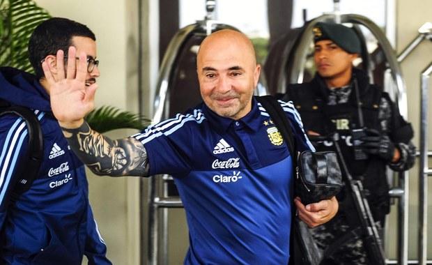 """Były selekcjoner reprezentacji Chile Jorge Sampaoli, obecnie trener Argentyny, już w 2015 roku przewidział, że ta drużyna nie zakwalifikuje się na przyszłoroczne mistrzostwa świata w Rosji. Szkoleniowiec narzekał na złą atmosferę i brak zaangażowania piłkarzy. Sampaoli prowadził Chile w latach 2012-16. W 2015 triumfował z tym zespołem w Copa America. Już wtedy wyrażał jednak niezadowolenie z postawy niektórych zawodników. """"Mówił wtedy o tajemnicach szatni, które wyszły na jaw dopiero teraz, po tym jak Chile nie zakwalifikowało się na mundial w Rosji"""" - napisała agencja EFE."""