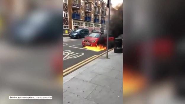 Londyn, Wielka Brytania. W londyńskim Walthamstow przechodnie próbowali zatrzymać płonący samochód. Zaraz po pojawieniu się pierwszych płomieni kierowca auta... uciekł i zostawił swój pojazd toczący się ulicami miasta. Nie wiadomo, co było przyczyną pożaru.   Do zdarzenia doszło na skrzyżowaniu ulic Church Hill i Hoe Street w Londynie. Nikomu nic się nie stało. (STORYFUL/x-news)