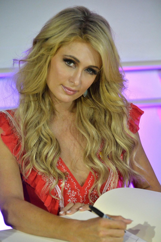 """""""Dorastając w Hollywood, wielokrotnie miałam z tym do czynienia"""" - mówi Paris Hilton o skandalu, związanym z molestowaniem seksualnym hollywoodzkich gwiazd przez znanego producenta Harvey'a Weinsteina."""