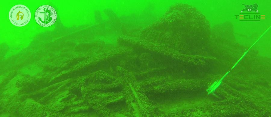 Muzeum Oręża Polskiego w Kołobrzegu planuje wydobyć z dna morskiego m.in. elementy niemieckiego promu desantowego. Jeżeli pogoda pozwoli, może się to stać jeszcze w tym roku.