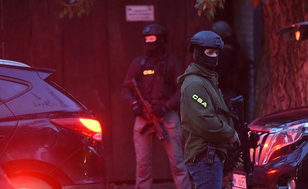 Warszawski sąd rejonowy dla Warszawy-Mokotowa zdecydował o trzymiesięcznym areszcie dla dwóch biznesmenów i policjanta zatrzymanych we wtorkowej akcji CBA w klubie nocnym w Warszawie - dowiedziała się PAP.