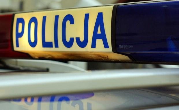 Strzelanina przy ul. Siedleckiej w Warszawie. Jak dowiedzieli się dziennikarze RMF FM, jedna z poszkodowanych osób jest w stanie ciężkim. Trwają poszukiwania sprawcy.