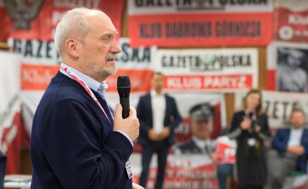 Jesteśmy w kluczowym momencie historii Polski, bo teraz rozstrzyga się, czy rzeczywiście zbudujemy państwo praworządne, czy też cofniemy się do czasu słusznie minionego – podkreślił minister obrony narodowej Antoni Macierewicz, który w sobotę brał udział w zjeździe szefów klubów Gazety Polskiej w Spale (woj. łódzkie). Odwołując się do przeszłości Macierewicz przypomniał, że jeszcze w latach 50. i 60. ubiegłego wieku wydawało się – i dotyczyło to nawet uczciwych ludzi - że niemożliwe jest istnienie Polski poza PRL. Jego zdaniem, była to propaganda ludzi, którzy uwierzyli, że decydują o kształcie Polski i są panami historii.