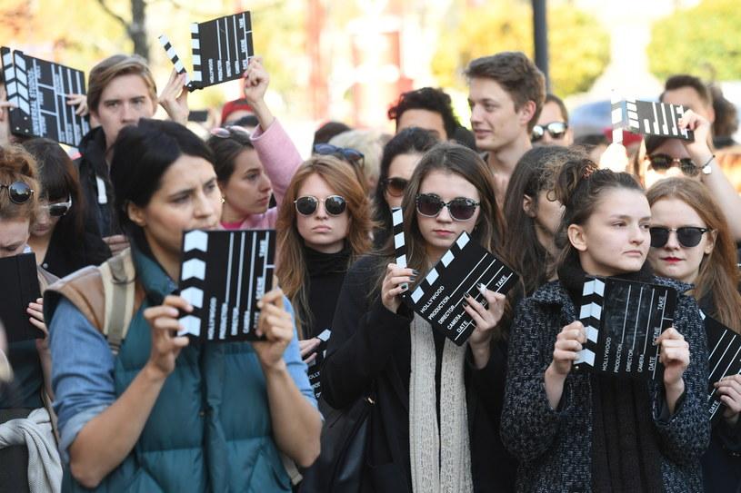 Absolutną koniecznością jest utrzymanie kinematografii niezależnej od wszelkich decyzji i postaw - podkreślają studenci szkół artystycznych, którzy w poniedziałek protestowali pod MKiDN. Resort zapewnia: nie planujemy rewolucji w PISF.