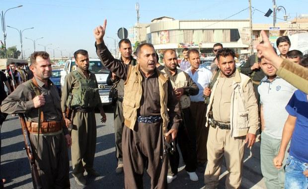 Ze względu na zaostrzający się konflikt na północy Iraku Bundeswehra przerwała w piątek wojskowe szkolenie bojowników kurdyjskiej Peszmergi - poinformowało ministerstwo obrony w Berlinie. Niemieccy żołnierze pozostają jednak nadal w regionie. Według rzecznika resortu strona kurdyjska zapewniła Berlin, że broń, którą otrzymała od Bundeswehry, wykorzysta wyłącznie do walki z Państwem Islamskim. Strona niemiecka traktuje to zobowiązanie jako warunek współpracy z Kurdami.