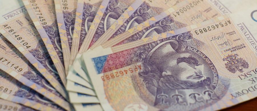 Zorganizowaną grupę przestępczą, której członkowie są podejrzani o wyłudzenie dotacji ze środków europejskich, rozbili policjanci z krakowskiego Zarządu CBŚP. Zatrzymano 7 osób. Przedstawiono im zarzuty wyłudzeń funduszy unijnych na co najmniej 8,8 mln zł.