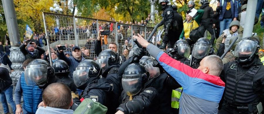 Tysiące Ukraińców demonstrowały w Kijowie, domagając się reform politycznych, w tym zniesienia immunitetu parlamentarzystów, wprowadzenia sądów antykorupcyjnych i zmian w prawie wyborczym - poinformowały ukraińskie media. Radio Swoboda podało, że Kijowa doszło do przepychanek pomiędzy demonstrującymi i policją. Kilka osób odniosło obrażenia. Do demonstracji wezwały prozachodnie siły opozycyjne, skupione wokół byłego prezydenta Gruzji Micheila Saakaszwilego.