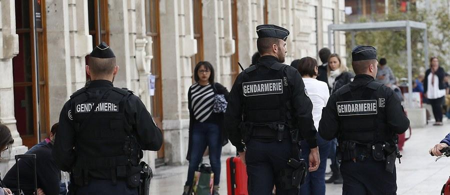 Dziesięć osób o skrajnie prawicowych poglądach, podejrzanych o planowanie ataków na francuskich polityków, zatrzymano na południowym wschodzie Francji oraz w regionie paryskim - poinformowały źródła związane ze śledztwem.