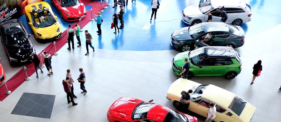 """Tylu aut nie sprzedano w Polsce od 17 lat. Kupują przedsiębiorcy i firmy żyjące z reeksportu – pisze """"Rzeczpospolita"""". Sprzedaż nowych samochodów w Polsce skoczyła w ciągu trzech kwartałów tego roku aż 17,3 proc. - podaje europejska organizacja ACEA."""