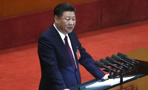 """""""Socjalizm w Chinach wszedł w nową fazę"""" - oświadczył w przemówieniu otwierającym w środę zjazd Komunistycznej Partii Chin prezydent Xi Jinping. Zaapelował o zwalczanie """"prób podważania władzy KPCh"""" i zapewnił, że Pekin nie zgodzi się na niepodległość Tajwanu. """"Perspektywy, jakie otwierają się przed Chinami są świetliste, choć wyzwania, którym musimy stawić czoło, są poważne"""" - powiedział Xi."""