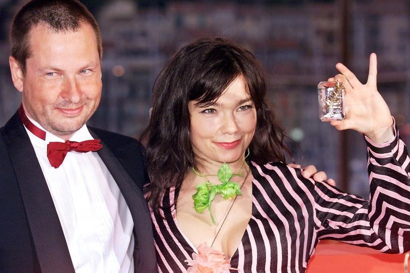 """Kolejne szokujące doniesienia ze świata przemysłu filmowego. Islandzka wokalistka Björk oskarżyła o molestowanie słynnego duńskiego reżysera. Nie podała jego nazwiska, ale wszyscy domyślili się, że chodzi o Larsa von Triera, u którego wystąpiła w filmie """"Tańcząc w ciemnościach""""."""