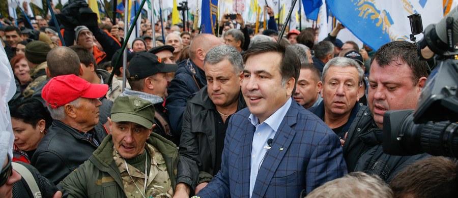 Nowy Majdan na Ukrainie. Po protestach przed Radą Najwyższą w Kijowie stanęły wczoraj namioty. Pozbawiony ukraińskiego obywatelstwa były prezydent Gruzji Micheil Saakaszwili domaga się ustąpienia obecnego prezydenta Petro Poroszenki - informuje dziennikarz RMF FM Przemysław Marzec.