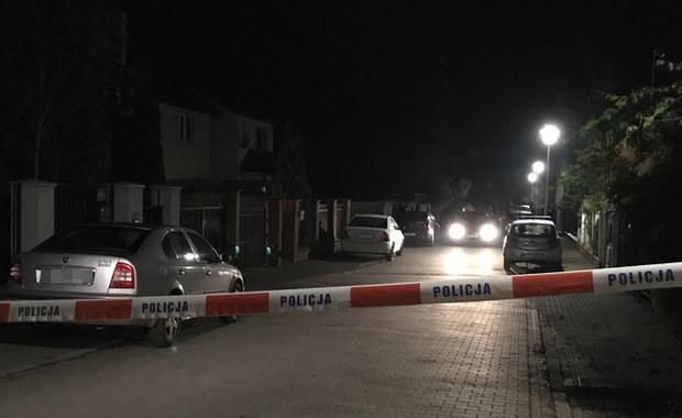 Dziś zostanie przesłuchany i usłyszy zarzuty 25-latek, który przedwczoraj w domu w warszawskiej Falenicy zamordował swoich rodziców. Kobieta i mężczyzna zmarli w wyniku wykrwawienia - potwierdza prokuratura.