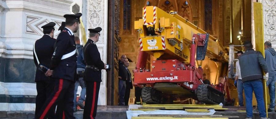 52-letni turysta z Hiszpanii zginął w czwartek w bazylice Świętego Krzyża we Florencji, gdy spadł na niego duży fragment kamienia z sufitu, z wysokości około 20 metrów. Mężczyzna został trafiony w głowę. Zginął na oczach żony i wielu zwiedzających.