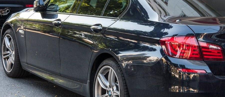 """Kierowcy, którzy mają na koncie dużo szkód, unikają płacenia wysokich składek, wykupując polisy krótkoterminowe, dostępne dla komisów - pisze """"Rzeczpospolita""""."""