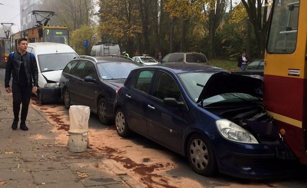 Zderzenie dwóch tramwajów i czterech samochodów na skrzyżowaniu ulic Kilińskiego z Przybyszewskiego w Łodzi. Ranna jest jedna osoba.