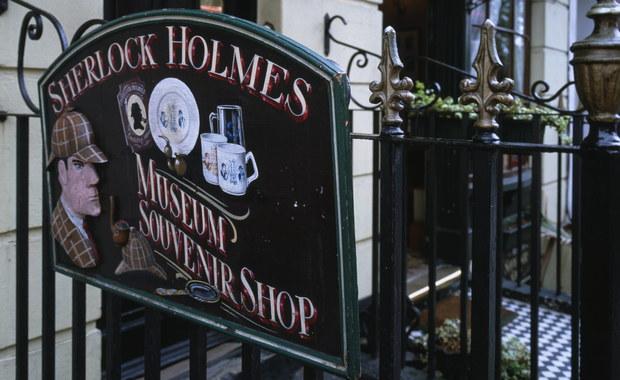 Udawał fikcyjnego inspektora policji, przyjmując nazwisko rywala Sherlocka Holmesa. Pójdzie za to do więzienia. Mowa o brytyjskim oszuście z ograniczoną wyobraźnią.