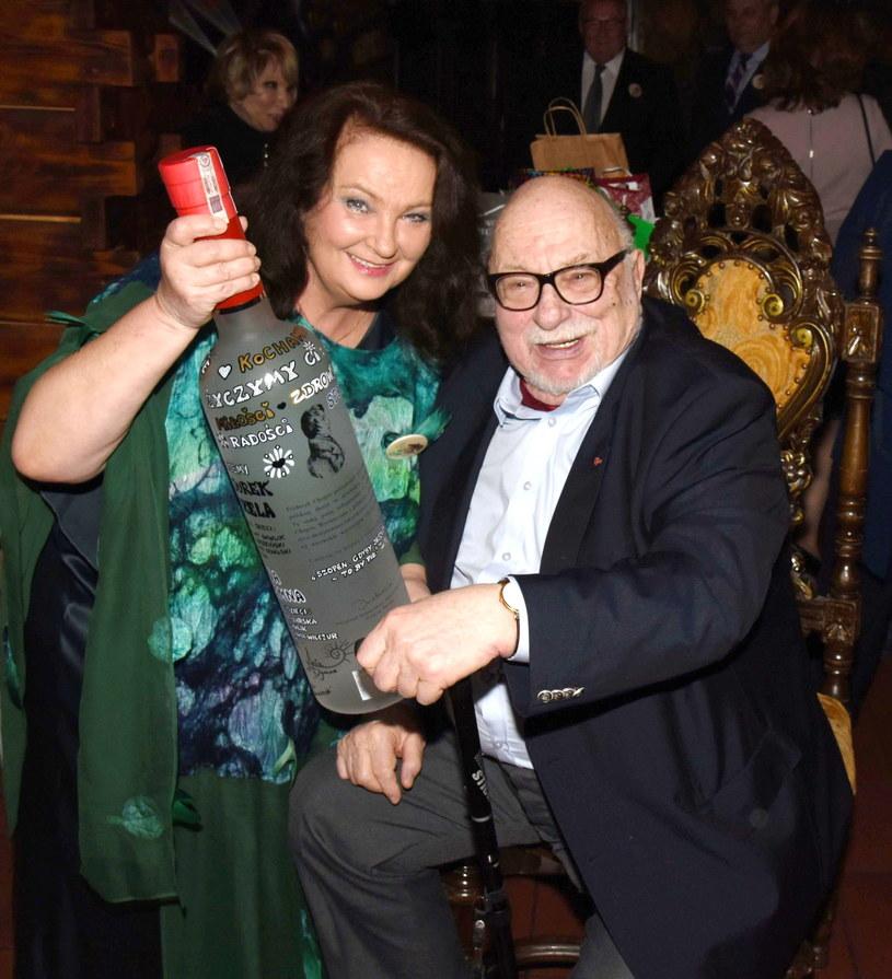 """Muzeum Karykatur w Warszawie otworzyło wystawę """"Piękne i Bestia"""", na której zobaczyć można zdjęcia i karykatury inspirowane filmami Jerzego Hoffmana. Pomysłodawcy chcą w ten sposób uhonorować reżysera, który obchodzi w tym roku swoje 85. urodziny."""