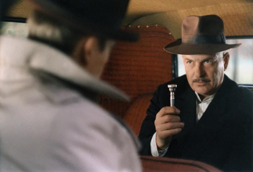 """Kiedy """"Vabank"""" Juliusza Machulskiego pojawia się w telewizji, widzowie nadal chętnie go oglądają! I pomyśleć, że jeden z ulubionych filmów Polaków miał mieć inny tytuł i reżysera."""