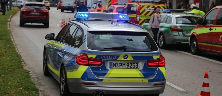 33-letni Niemiec zaatakował nożem przechodniów w Monachium. Kilka osób zostało poszkodowanych, ale jak zapewnia niemiecka policja, ich życiu nic nie zagraża. Sprawca ataku zbiegł, został zatrzymany tuż przed godziną 12:00.