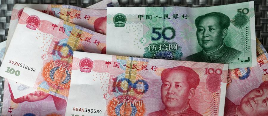 """Chiny zapowiadają, że do końca roku złamią monopol dolara na światowym rynku ropy i będą kupować ją za juany. To wydarzenie może mieć znaczenie nie tylko gospodarcze. Istnieje bowiem teoria """"monetarnej hegemonii"""", według której potęga Stanów Zjednoczonych w dużej mierze oparta jest o fakt, że handel podstawowym globalnym surowcem, czyli ropą, jest prowadzony w dolarze."""