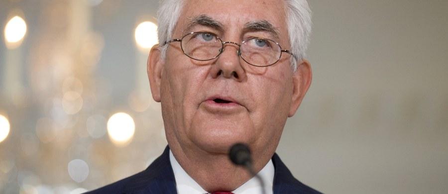Sekretarz stanu USA Rex Tillerson złożył krótką i niezapowiadaną wizytę w Afganistanie. W bazie sił powietrznych Bagram rozmawiał z prezydentem Aszrafem Ghanim, premierem Abdullahem Abdullahem i innymi przedstawicielami władz Afganistanu.