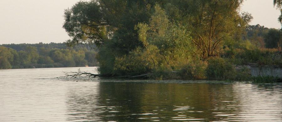 Akcja zachodniopomorskich strażaków w na jeziorze Miedwie na wysokości Koszewka. Przewróciła się tam łódź z dwoma osobami na pokładzie. To najprawdopodobniej ojciec i syn.