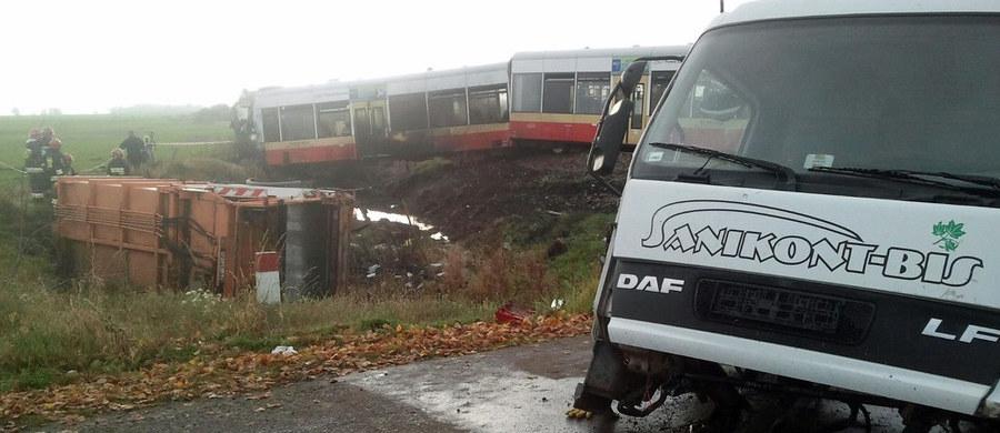 15 osób trafiło do szpitali po wypadku szynobusu pod Człuchowem na Pomorzu. Pojazd zderzył się ze śmieciarką na niestrzeżonym przejeździe kolejowym.