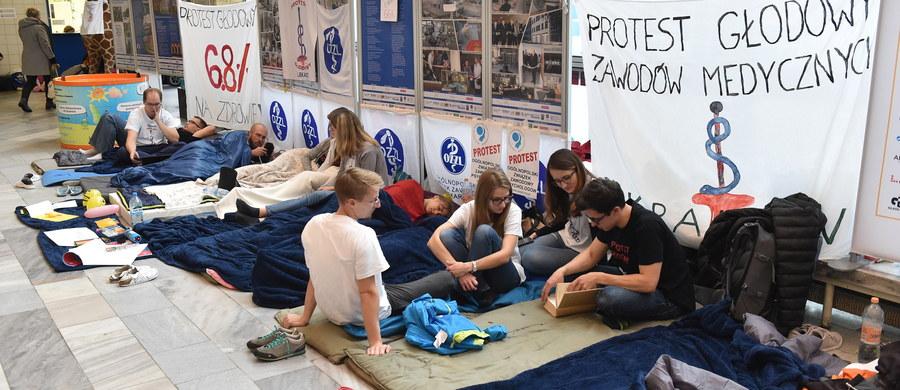 Krajowa Rada Lekarsko-Weterynaryjna popiera akcję protestacyjną lekarzy rezydentów prowadzoną od 2 października 2017 r. - poinformował rzecznik tej organizacji Witold Katner.